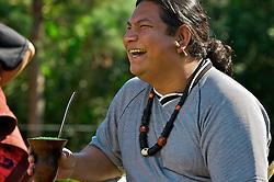 Como ocorre todos os anos, o dia 6 de agosto é de festa para os índios kaingangues. Na data, é celebrado o Dia do Broto, uma referência ao florescimento de diversas plantas utilizadas para proteção e alimentação. Além da fartura da comida, o dia também marca o batizado com ervas medicinais das crianças, feito pela Pajé da tribo. FOTO: Lucas Uebel/Preview.com