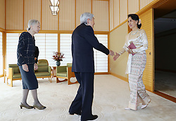Kaiser Akihito und Kaiserin Michiko empfangen Aung San Suu Kyi in Tokio / 041116 ***Myanmar leader Aung San Suu Kyi (R) meets with Japanese Emperor Akihito and Empress Michiko at the Imperial Palace in Tokyo on Nov. 4, 2016.