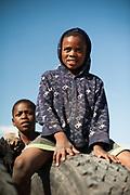Kinderen spelen met een oude vrachtwagen band