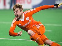 NEW DELHI - Mink van der Weerden neemt stijlvol de strafcorner maar zal niet scoren,  tijdens de finale van de Hockey World League finaleronde tussen de mannen van Nederland en Nieuw-Zeeland.  ANP KOEN SUYK