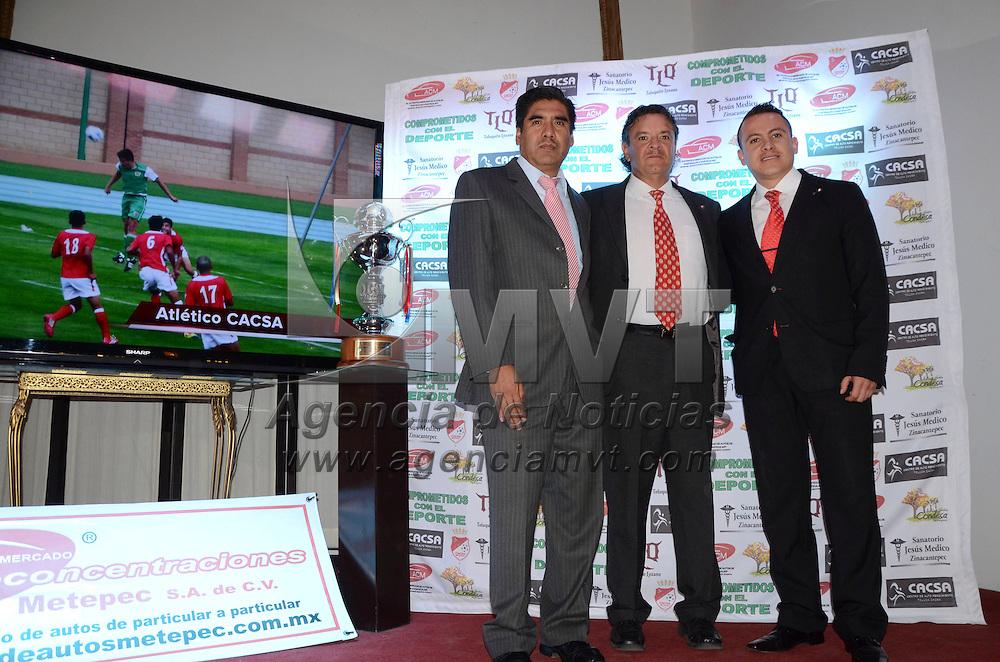 Metepec, Méx.- Gustavo Calderón, entrenador del equipo de futbol de tercera división, Atlético Cacsa en Metepec, fue presentado ante los medios de comunicación y dieron el calendario para el inicio de temporada 2014- 1015. Agencia MVT / José Hernández