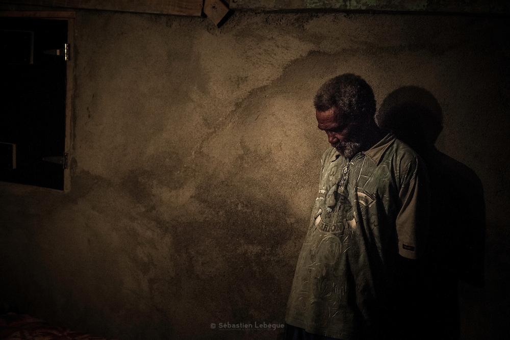 La première personne, qui présente à la mère un geste coutumier, est le père. Il s'excuse de ne pas avoir maintenu la vie du défunt. Puis, ce sont les familles de son clan qui viennent accompagner le deuil et présenter leur respect à la mère et au défunt. - Tribu de Tendo - Hienghene - Nouvelle Calédonie - Aout 2013