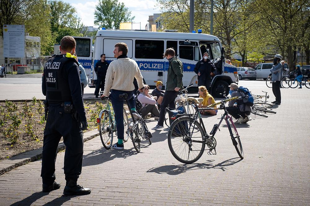 Trotz der Verordnung mit Ausgansbeschränkung, Demonstrationsverbot und Kontaktverbot zur Eindämmung der COVID-19 - Pandemie (Coronavirus SARS-CoV-2) protestieren Demonstranten mit Fahrradkorsos (mit jeweils maximal 20 Teilnehmern) für die Evakuierung der Flüchtlingslager auf den griechischen Inseln. Polizisten stoppen die Radfahrer und nehmen die Personalien auf und schreiben Anzeigen wegen Verstoß gegen die Conoaverordnung.  <br /> <br /> [© Christian Mang - Veroeffentlichung nur gg. Honorar (zzgl. MwSt.), Urhebervermerk und Beleg. Nur für redaktionelle Nutzung - Publication only with licence fee payment, copyright notice and voucher copy. For editorial use only - No model release. No property release. Kontakt: mail@christianmang.com.]