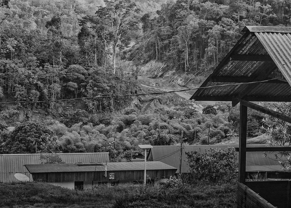 Saint-Elie, Guyane, 2015.<br /> <br /> Saint-Elie est un des plus anciens villages de l'intérieur guyanais, créé par l'orpaillage au XIXe siècle. Pratiquement déserté et très fortement enclavé, Saint-Élie a connu sa période de gloire avec la saga de l'orpaillage illégale au début des années 2000. Plusieurs centaines de clandestins Brésiliens s'y installent. Le bourg devient hors de contrôle. En 2008, l'opération Harpie menée par les Forces Armées en Guyane oblige les clandestins à quitter les lieux et 22 commerçants de Saint-Élie sont appelés à comparaître pour complicité d'orpaillage illégal. Saint-Élie devient un village fantôme avec ses 38 électeurs inscrits mais installés pour la large majorité sur le littoral guyanais. De fait une dizaine de personnes vivent aujourd'hui sur place : cinq gendarmes mobiles qui se relaient toutes les deux semaines et veillent à ce qu'aucun clandestin ne s'installe, au moins deux agents municipaux permanents, un brésilien et un unique commerçant qui attend le retour des clandestins.