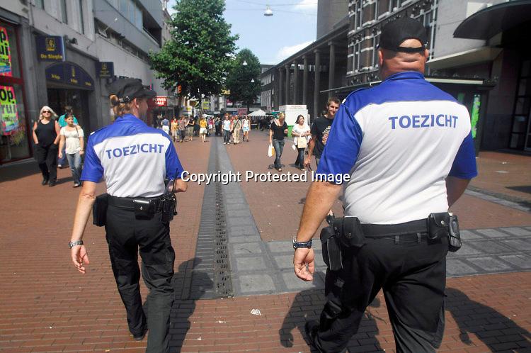 Nederland, Nijmegen, 17-7-2009Medewerkers van bureau toezicht assisteren de politie op bij het handhaven orde en veiligheid.Foto: Flip Franssen/Hollandse Hoogte