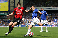 Photo: Paul Thomas.<br />Everton v Manchester United. The Barclays Premiership. 28/04/2007.<br /><br />Michael Carrick (L) tries to tackle Leon Osman of Everton.