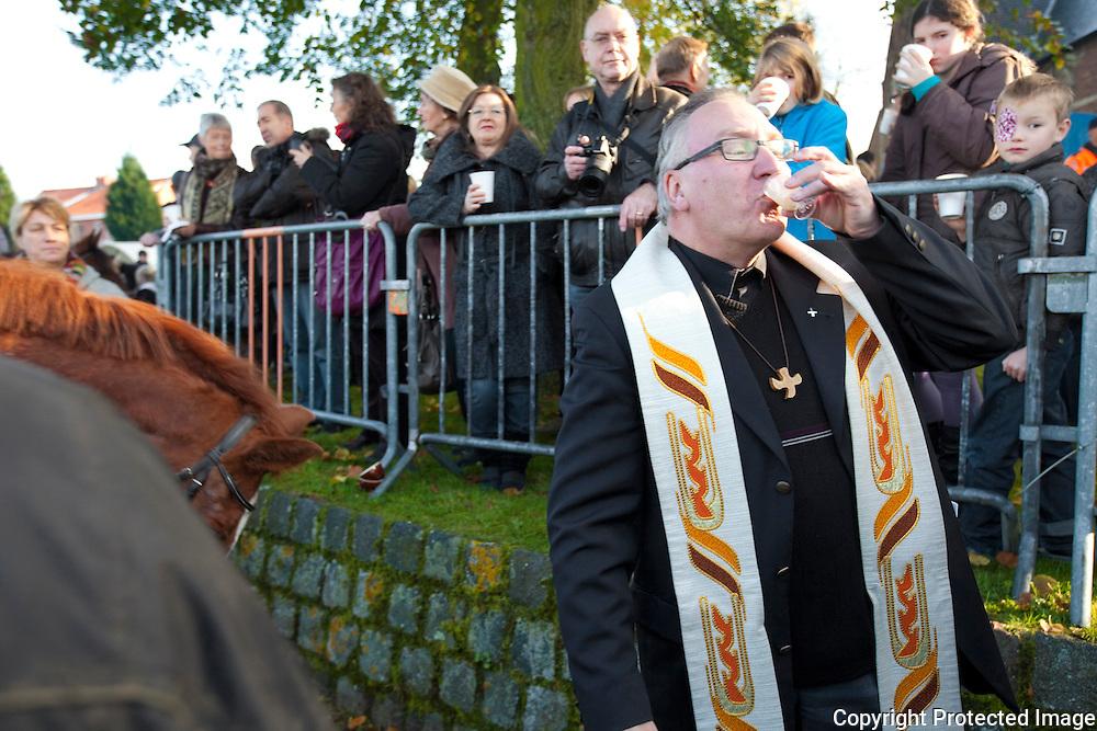 369418-Jaarlijkse paarden - en tractorenwijding aan de kerk in Millegem-Sint-Antoniusstraat Ranst