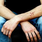 Nederland Rotterdam 29 mei 2003 .Nazi automutatie op arm van punk jongen ..Foto David Rozing