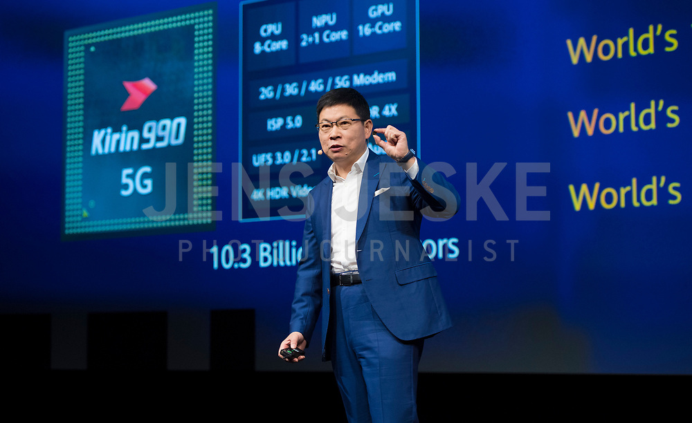 DEU, Deutschland, Germany, Berlin, 06.09.2019: Internationale Funkausstellung (IFA), Opening Keynote Richard (Chengdong) Yu, CEO HUAWEI Consumer Business Group, hier mit dem Smartphone-Prozessor Kirin 990 5G in der Hand.