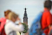 Nederland, the Netherlands, Nijmegen, 18-7-2017 Vandaag startten om 4 uur de eerste lopers van de 101e 4daagse. Via de Waalbrug ging het naar de Betuwe. Voor het eerst gingen de lopers op deze eerste dag precies andersom als voorheen. Hierdoor komt de gevreesde Oosterhoutse dijk in het begin van het parcours te liggen, en niet op het eind wat vaak tot veel uitvallers leidde vanwege het lange en saaie stuk zonder schaduw tegen de zon. Dag van Elst. Stevenstoren en stevenskerk.Foto: Flip Franssen