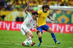 David Luiz disputa com Shinji Okasaki durante a partida entre Brasil e Japão, válida pela primeira rodada da Copa das Confederações, no Estádio Nacional Mané Garrincha, em Brasília. FOTO: Jefferson Bernardes/Preview.com