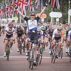 LONDON (GB) wielrennen  <br /> Met een sprint rechtdoor heeft Kirsten Wild (Hitec) de Prudential Ride London gewonnen .Na een levendige koers met veel aanvallen van Nederlandse rensters kwam de renster van Hitec in de laatste honderden meters op kop. Nina Kessler (Lensworld) wordt tweede en Leah Kirchmann (Liv-Plantur) pakt plaats drie.