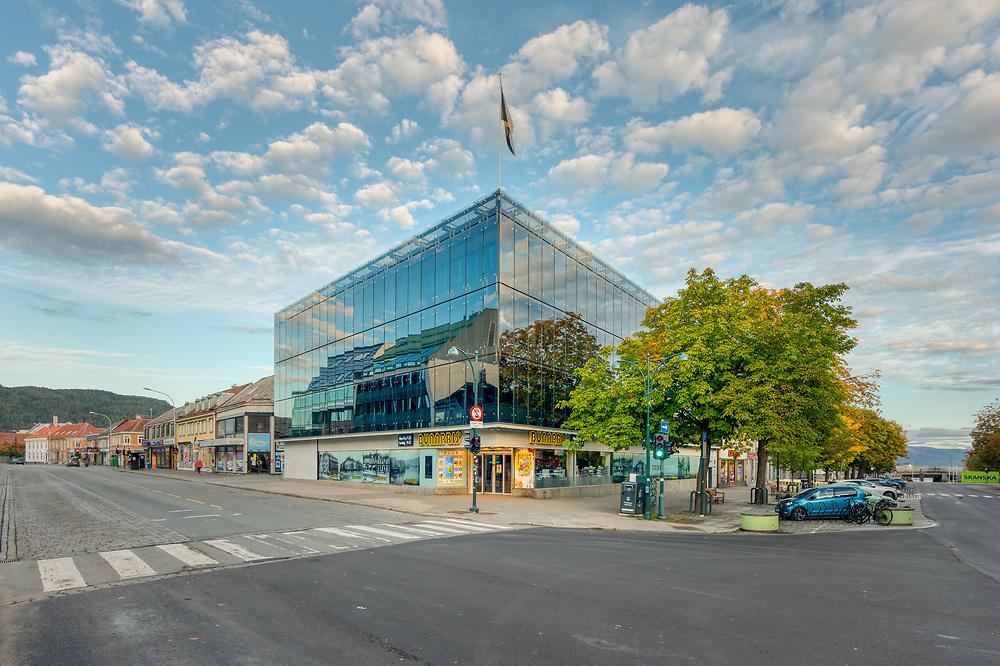 Munkegata 48 er  tegnet av arkitekt Herman Krag midt på 1970-tallet. Bygningen kalles Lykkegården etter eieren Trond Lykke, innehaver av dagligvarekjeden Bunnpris.