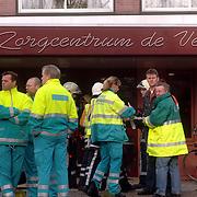 NLD/Naarden/20051222 - Brand in bejaardentehuis de Veste Naarden, hulpverleners wachten op nadere orders