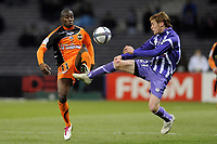 FOOTBALL - FRENCH CHAMPIONSHIP 2010/2011 - L1 - TOULOUSE FC v FC LORIENT - 18/12/2010 - PHOTO JEAN MARIE HERVIO / DPPI - SIGAMARY DIARRA (FCL) / ADRIAN JAVIER GUNINO (TFC)