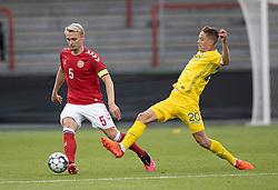 Victor Nelsson (Danmark) presses af Danylo Sikan (Ukraine) under U21 EM2021 Kvalifikationskampen mellem Danmark og Ukraine den 4. september 2020 på Aalborg Stadion (Foto: Claus Birch).