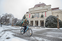 THEMENBILD - Ein Radfahrer im Schneefall am 10. Jänner 2017 in Graz // THEMES PICTURE - a person is riding a bike in the snow on 10 January 2017, in Graz, Austria. EXPA Pictures © 2017, PhotoCredit: EXPA/ Erwin Scheriau