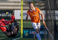 ROTTERDAM -  Roel Bovendeert (Bldaal) , maakt het winnende doelpunt,  , en brengt de stand, even voor tijd, op 1-2   tijdens de competitie hoofdklasse hockeywedstrijd mannen,  Rotterdam-Bloemendaal (1-2). keeper keeper Derk Meijer (Rotterdam) is verslagen .  COPYRIGHT  KOEN SUYK