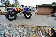 Duitsland, Dusseldorf, 2-10-2014Op bezoek bij Monstertruck stuntman Gino Winter. Een van zijn wagens wordt van de oplegger afgereden. Zijn bedrijf, dat stuntshows doet, heeft alle optrdens, shows in Nederland afgezegd, geannuleerd. De gemeenten hebben de vergunning ingetrokken.FOTO: FLIP FRANSSEN/ HOLLANDSE HOOGTE