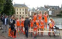 DEN HAAG - Teamfoto . Het Nederlands dames hockeyteam poseerde vomorgen voor de officiele teamfoto, naar aanloop van het WK , bij de Hofvijver en het Binnenhof. Er werden uiteraard ook veel selfies gemaakt. FOTO KOEN SUYK