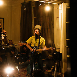 JP Nataf et Mathieu Boogaerts dans un appartement du 5eme arrdt. Soiree de poche #15 par la Blogotheque. 18 janvier 2010. Paris, France. Photo : Antoine Doyen