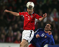 Fotball , 08. oktober 2005 , VM-kvalifisering , Norge - Moldova 1-0<br /> Norway - Moldova<br /> Erik Hagen Norge mot Serghei Rogaciov Moldova