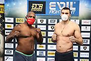 BOXEN: ECB Boxgala, Waage, Hamburg, 12.03.2021<br /> Wilmer Vasquez (VEN) und Victor Faust (UKR)<br /> © Torsten Helmke
