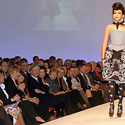 NLD/Amsterdam/20060312 - Modeshow Paul Schulten 2006, catwalk, model, mannequin, Adam Curry en partner Patricia Paay, op de catwalk dochter Christina Curry - Paay