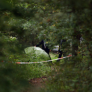 NLD/Huizen/20050906 - Verbrand lijk gevonden langs bospad Bussummerweg Huizen, lijk word weggedragen, kist