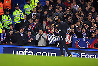 Fotball<br /> Foto: Colorsport/Digitalsport<br /> NORWAY ONLY<br /> <br /> Didier Drogba (Chelsea) gets a frosty reception from the PSG fans<br /> <br /> Chelsea v Paris Saint Germain<br /> <br /> Champions League Group H. 24/11/2004.