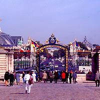 Srolling toware the Palais from Les invalidades