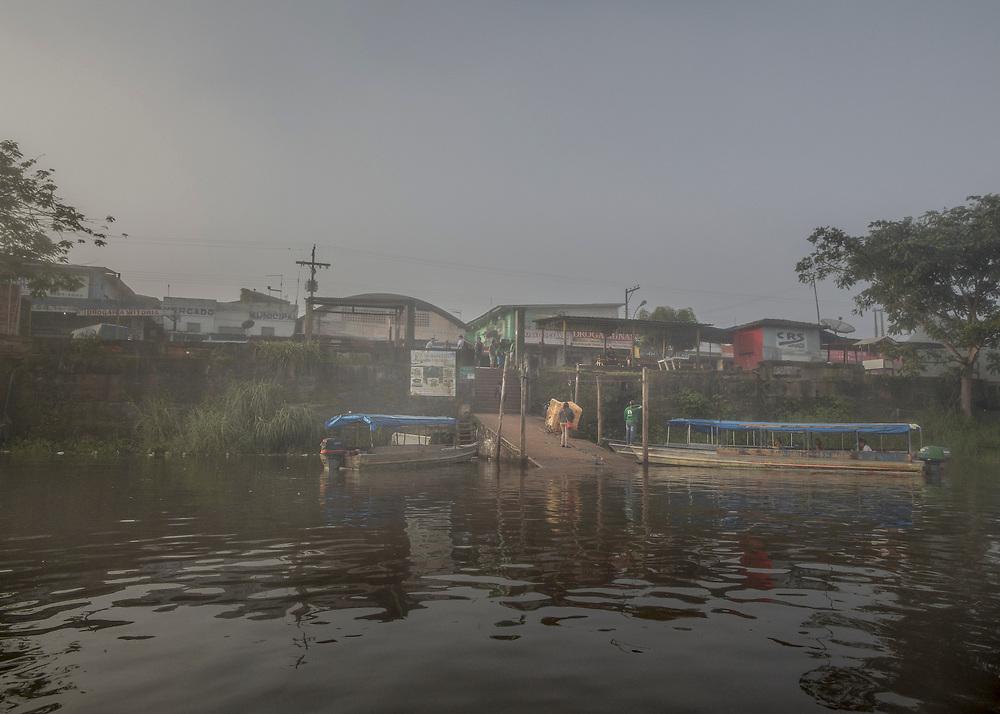 Oiapoque, Brésil, 2015. <br />  <br /> Fleuve frontière et voie de communication naturelle entre les deux pays, l'Oyapock sépare la Guyane du Brésil. Ici, les riverains sont géographiquement, mais aussi culturellement ou économiquement plus proches de la rive opposée que de leurs capitales régionales. La France et le Brésil travaillent pourtant à l'achèvement d'une liaison routière qui reliera de façon terrestre la Guyane française à l'État brésilien de l'Amapà et plus globalement l'Union Européenne au Mercosul.  <br />  <br /> La construction d'un pont de 378 mètres de long entre Saint-Georges et Oiapoque devrait permettre le passage du fleuve.  Projet initié en 1997 par le président Jacques  Chirac  et  son   homologue brésilien Fernando Henrique Cardoso, cet ouvrage a mis des années à voir le jour. Sa construction n'a débuté qu'en 2008 et s'est achevée en 2011. Depuis, les travaux de ses voies d'accès ou la signature d'accords transfrontaliers entre la France et le Brésil s'éternisent et il n'est toujours pas ouvert à la circulation.  <br />  <br /> Il s'érige maintenant en barrière sur un territoire difficilement contrôlable et transforme un espace de libre passage en zone douanière. Avec sa mise en service, il va falloir bloquer les marchandises non conformes aux normes européennes et les voyageurs clandestins, c'est à dire l'essentiel du trafic. <br />  <br /> Pendant qu'au pied du pont, coté guyanais, un effectif renforcé d'une soixantaine d'agents de la Police aux frontières française patientent, jour et nuit, légaux ou clandestins, orpailleurs, amérindiens et autres refoulés continuent de passer par le fleuve.