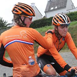 28-08-2020: Wielrennen: EK wielrennen: Plouay<br /> Shirin van Anrooij had op meer gehoopt. Ilse Pluimers geeft een schouderklop