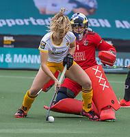AMSTELVEEN - Noor Omrani (DenBosch) in duel met keeper Anne Veenendaal (Adam)  tijdens de halve finale wedstrijd dames EURO HOCKEY LEAGUE (EHL),  Amsterdam-HC Den Bosch. (1-1) Den Bosch wint shoot outs en plaats zich voor de finale.  COPYRIGHT  KOEN SUYK