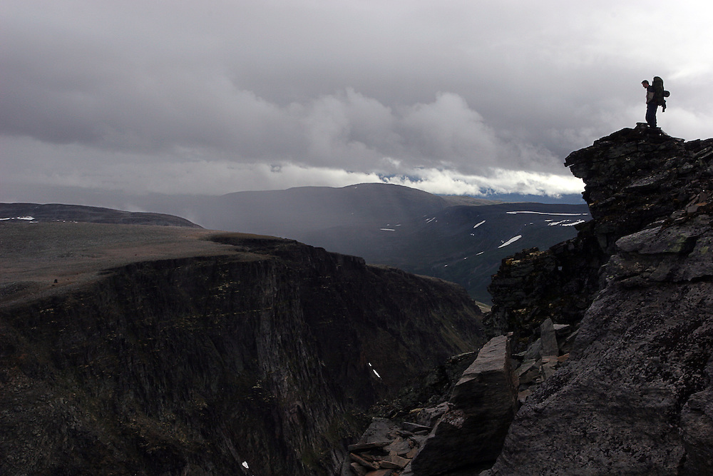 Man på toppen av en av toppene på Trollhetta, man on one of Trollhetta's peaks