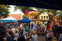 DEU, Deutschland, Germany, Königs Wusterhausen, 30.08.2019: Wahlkampfveranstaltung der Partei Alternative für Deutschland (AfD). Ein junger Mann von der AfD schwenkt die Deutschlandfahne.