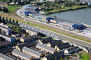 Nederland, Zuid-Holland, Dordrecht, 08-09-2006;  ; zicht op de A16 met het karakteristieke half gebogen geluidsscherm; dit scherm moet de naast de zesbaanssnelweg gelegen woonwijk beschermen tegen de geluidsoverlast; aan de andre zijde van de weg de meubelboulevard; geluidswal, milieu, geluid, asfalt, verkeer, mobliteit; luchtfoto (toeslag); aerial photo (additional fee required); .foto Siebe Swart / photo Siebe Swart