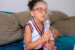 June 27, 2017 - Fogueiras e fogos podem causar problemas respiratórios mesmo em curto período de tempo, inalar fumaça pode causar efeitos imediatos. Na foto, criança faz inalação. (Credit Image: © Marcelo Cortes/Fotoarena via ZUMA Press)