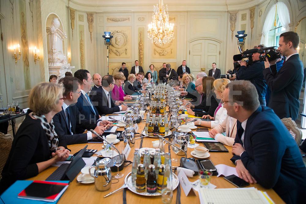 DEU, Deutschland, Germany, Gransee, 11.04.2018: Bundesfinanzminister Olaf Scholz (SPD) und Bundeskanzlerin Dr. Angela Merkel (CDU) bei der Kabinettsitzung im Rahmen der Klausurtagung des Bundeskabinetts im Schloss Meseberg.