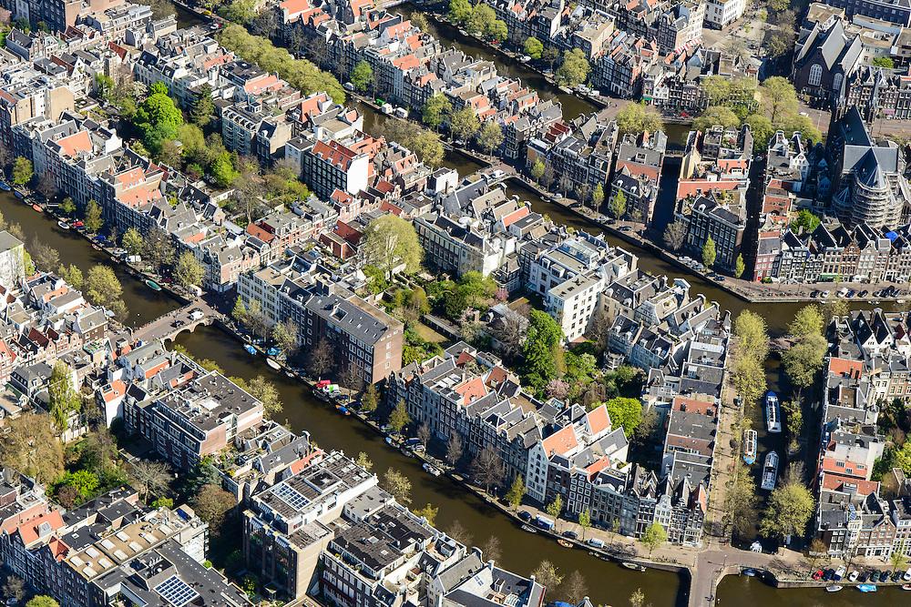 Nederland, Noord-Holland, Amsterdam, 09-04-2014;<br /> Close-up binnenstad en grachtengordel, Keizersgracht en Herengracht, rechts Leidsegracht met rondvaartboten. Midden links de Huidenstraat, een van de winkelstraten Negen Straatjes.<br /> Detailed view on center and canals of Amsterdam. <br /> luchtfoto (toeslag op standard tarieven);<br /> aerial photo (additional fee required);<br /> copyright foto/photo Siebe Swart