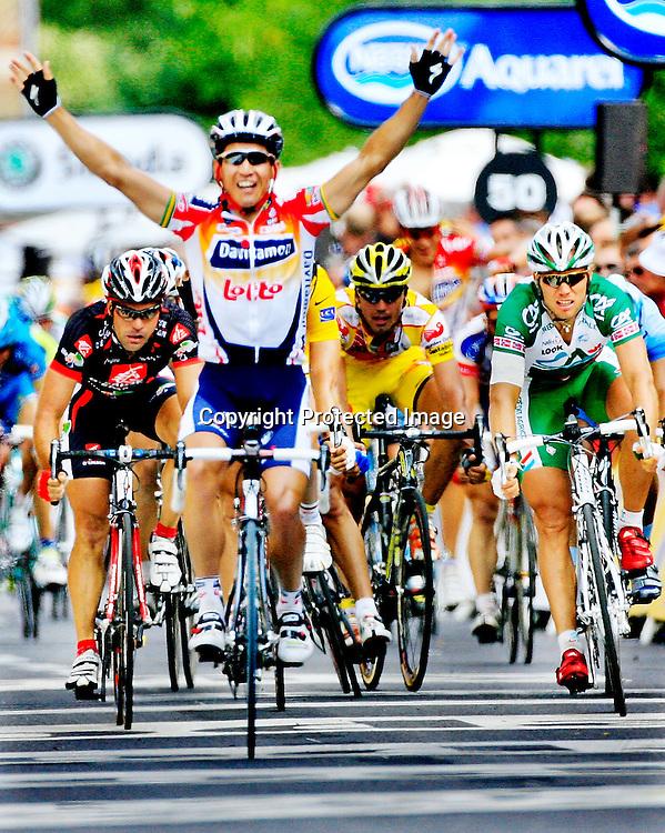 20060605. Saint-Quentin. Thor Hushovd kom på fjerdeplass på den 4 etappen i Tour de France. I forgrunnen etappevinner Robbie Mc Ewen..Foto: Daniel Sannum Lauten/ Dagbladet
