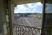 © Filippo Alfero<br /> Papa Francesco in visita a Torino<br /> Torino, 21/06/2015<br /> Nella foto: Papa Francesco sulla papamobile passa tra la folla in Piazza Vittorio