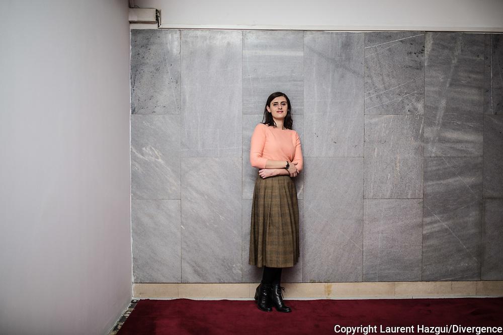 Décembre 2017. Kosovo : 10ème anniversaire de l'indépendance. Pristina. Prishtina. Saranda Bogujevci, 32 ans, a été élue députée de Podujevo lors de la percée historique du parti politique Vetevendosje (auto-detremination en albanais) lors des élections de juin 2017. Dans un pays gangréné par la corruption dans les partis classiques, Vetevendosje incarne un nouvel espoir.