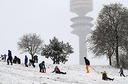 06.01.2021, Maßmann Park, München, GER, Neuschnee in München, im Bild Neuschnee in München - sehr zur Freude der Kinder und deren Eltern - die viel Spaß beim Rodeln haben - wie hier iauf dem Olympiaberg, mitten in München // Fresh snow in Munich - much to the delight of the children and their parents - who have a lot of fun tobogganing - like here on the Olympiaberg in the middle of Munich Maßmann Park in München, Germany on 2021/01/06. EXPA Pictures © 2020, PhotoCredit: EXPA/ SM