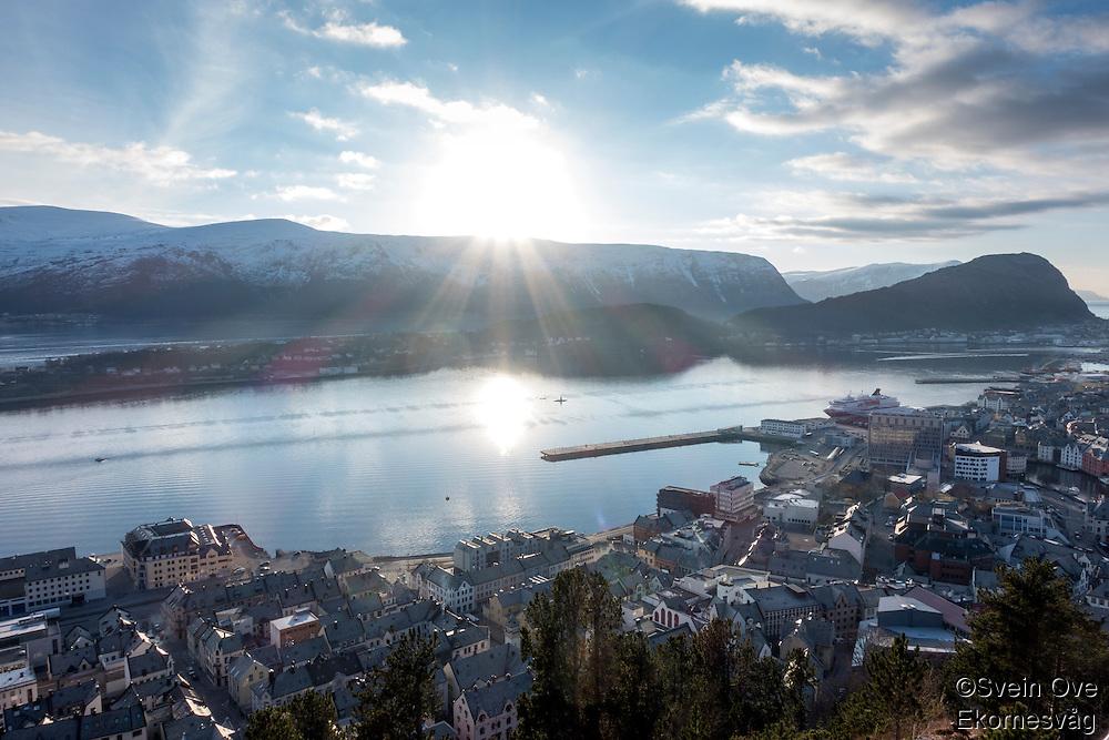 Blå himmel og skyer når den lave vintersolen titter over Sulafjellet. Foto: Svein Ove Ekornesvåg