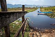 En los márgenes del Río San Pedro, una lancha se estaciona a las orillas de un rancho para evitar los patrullajes militares en el lado mexicano. El costo de un viaje ronda los 130 quetzales por persona.  (Foto: Prometeo Lucero)