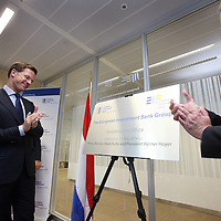 Nederland, Amsterdam , 15 mei 2014. <br /> Minister-president Rutte (l) opende donderdag 15 mei de Nederlandse vestiging van de Europese Investeringsbank (EIB) in Amsterdam. <br /> Werner Hoyer (r), de president van de EIB appluadisseert met de premier .De EIB is het financieringsinstituut van de Europese Unie.<br /> De 28 lidstaten zijn aandeelhouder. De bank is opgericht in 1958 bij het Verdrag van Rome en heeft als doel projecten te financieren die zijn gericht op de versterking van de Europese economie.<br /> Prime Minister Rutte (l) opened Thursday, May 15th, the Dutch branch of the European Investment Bank (EIB) in Amsterdam. Werner Hoyer, president of the EIB ®.<br /> <br /> The EIB is the financing institution of the European Union.
