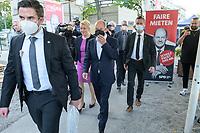 03 SEP 2021, BERLIN/GERMANY:<br /> Franziska Giffey (Mi-L), SPD, Kandidatin für das Amt der Regierenden Buergermeisterin von Berlin, , Olaf Scholz (Mi-R), SPD, Bundesfinanzminister und SPD Kanzlerkandidat, auf dem Weg zum Zukunftsgespraech, Wahlkampfveranstaltung zur Bundestagswahl und zur Wahl des Berliner Abgeordnetenhauses, Zenner Weingarten<br /> IMAGE: 20210903-01-001<br /> KEYWORDS: Wahlkampf, election campain, Zukunftsgespräch, Zukunftsgespräche, Zukunftsgepraeche, Maske, Mundschutz, Covid-19, Corona, Pandemie