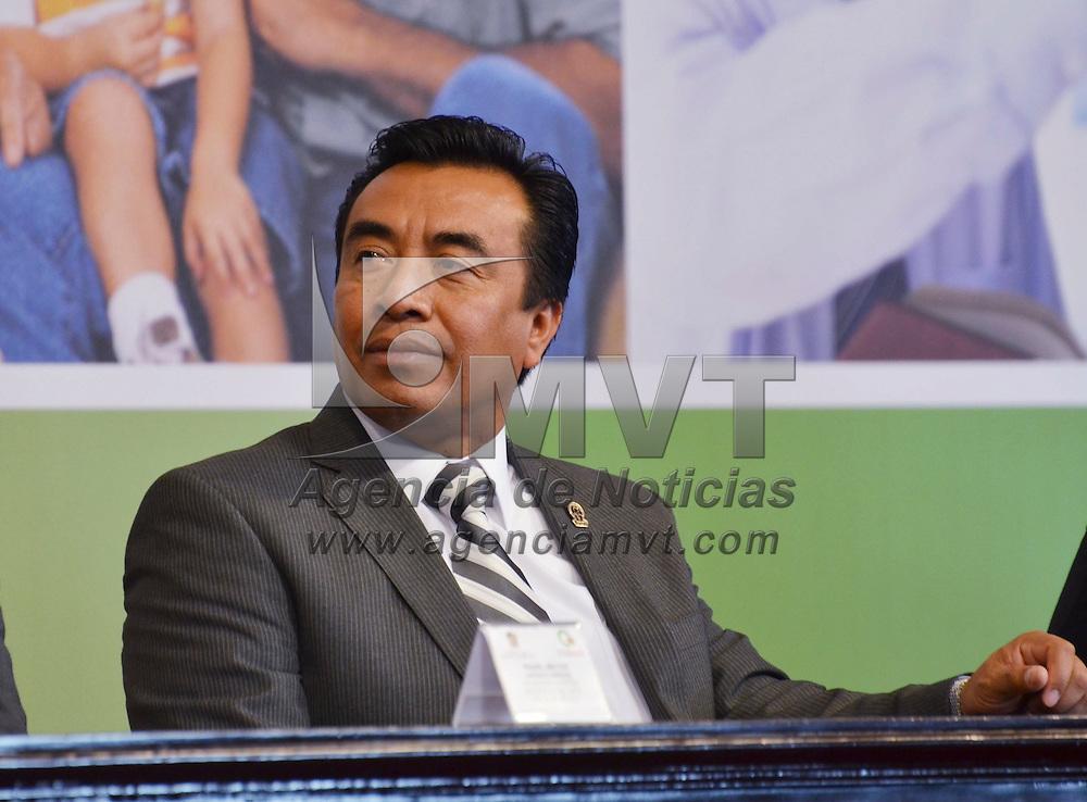 Toluca, México.- Héctor Ulises Castro Gonzaga lider del SMSEM durante la firma de convenio de colaboración entre el GEM y BANSEFI, primero en su tipo signado por un estado en el país, que tiene como finalidad establecer el Programa de Refinanciamiento de Créditos para Trabajadores de la Educación. Agencia MVT / José Hernández