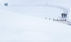 30.12.2017, Schattenbergschanze, Oberstdorf, GER, FIS Weltcup Ski Sprung, Vierschanzentournee, Garmisch Partenkirchen, Probesprung, im Bild Zuschauer im Regenauf einen verschneiten Weg, Wetter // Spectators in the Snow before Trial Jump for the Four Hills Tournament of FIS Ski Jumping World Cup at the Schattenbergschanze in Oberstdorf, Germany on 2017/12/30. EXPA Pictures © 2017, PhotoCredit: EXPA/ JFK